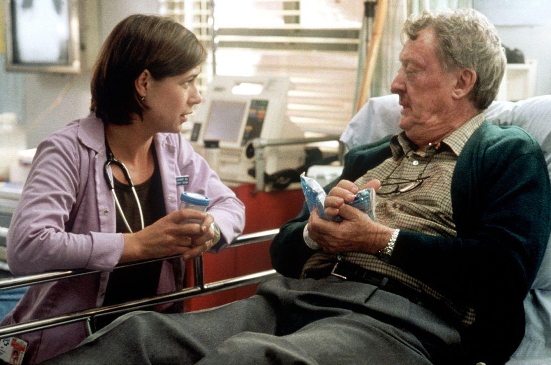 Abby (Maura Tierney, l.) hat Mühe, sich den Avancen eines ergrauten Playboys (Tom Bosley, r.) zu erwehren. - Bildquelle: TM+  2000 WARNER BROS.