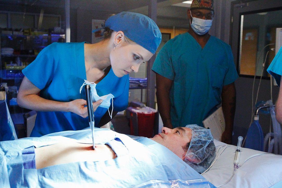 Obwohl Charlotte (KaDee Strickland, l.) nicht weiß, ob es die richtige Entscheidung ist, versucht sie ihrem Vergewaltiger Lee McHenry (Nicholas Bre... - Bildquelle: ABC Studios