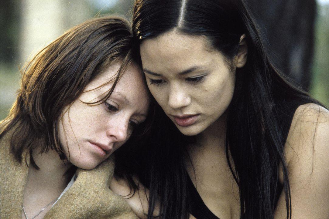 Johanna (Lavinia Wilson, l.) und Lucy (Kami Manns, r.) ahnen, dass sie und die übrig gebliebenen Cliquen-Mitglieder ganz oben auf der Liste des Wan... - Bildquelle: Sat.1