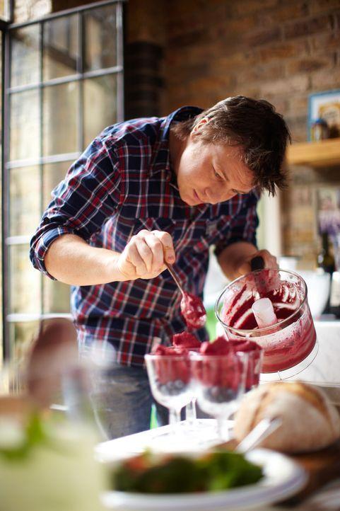 Diesmal gibt es bei Jamie Oliver als Hauptgang seines 30-Minuten-Menüs einen Seebarsch. Dazu reicht er Pancetta, Süßkartoffeln und asiatisches Ge... - Bildquelle: David Loftus 2009