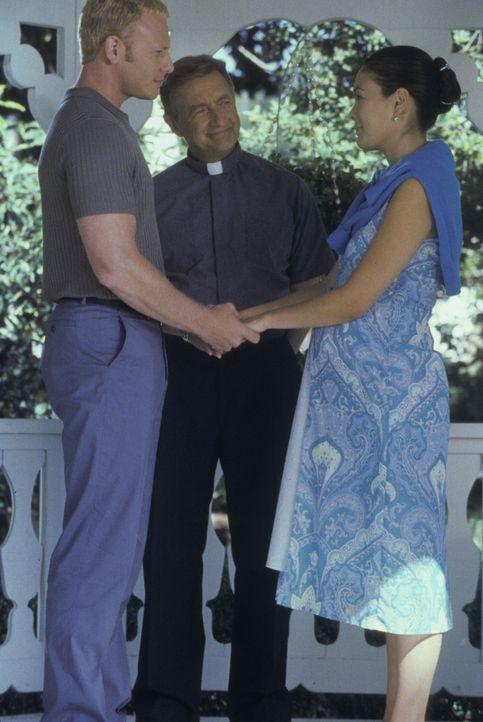 Pastor Neal (Ken Jenkins, M.) ermöglicht Steve (Ian Ziering, l.) und Janet (Lindsay Price, r.) endlich den Schritt in ein neues Leben ... - Bildquelle: Paramount Pictures