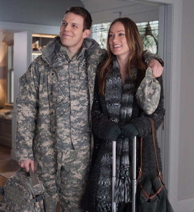 Auf dem Weg zu ihren Eltern, lernt Eleanor (Olivia Wilde, r.) am Flughafen einen Soldaten (Jake Lacy, l.) kennen und überzeugt ihn, sich an den Feie... - Bildquelle: Susanne Tenner 2015 CBS Films Inc. All Rights Reserved. / Susanne Tenner