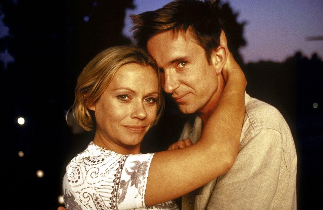 Verliebt, verlobt, verheiratet? Alyoscha (Arnd Klawitter, r.) und Marie (Jennifer Nitsch, l.) sind endlich glücklich ... - Bildquelle: ProSieben