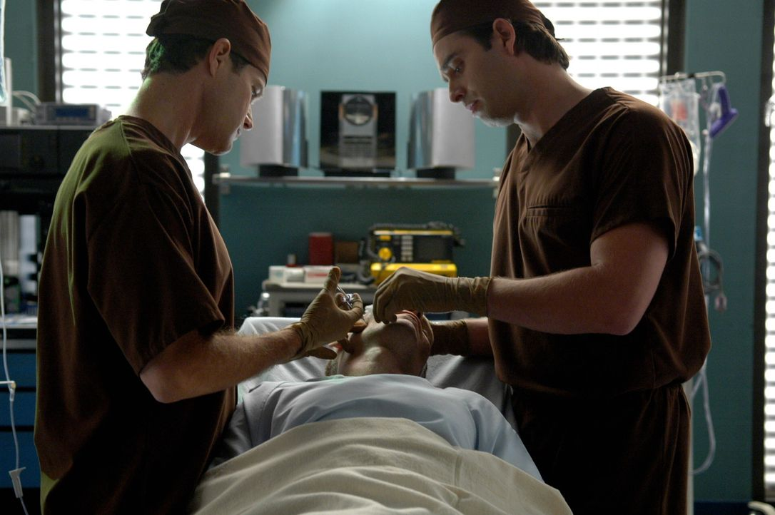 Während Christian im Gefängnis ist, operieren Quentin (Bruno Campos, r.) und Sean (Dyaln Walsh, l.) Granville Trapp, der wieder gesund aussehen m - Bildquelle: TM and   2005 Warner Bros. Entertainment Inc. All Rights Reserved.