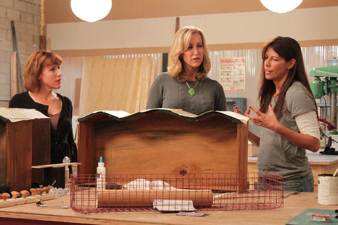Lara Spencer (M.) ist gespannt: Was werden die Kandidaten aus den Flohmarkteinkäufen kreieren? - Bildquelle: 2012, HGTV/Scripps Networks, LLC. All Rights Reserved