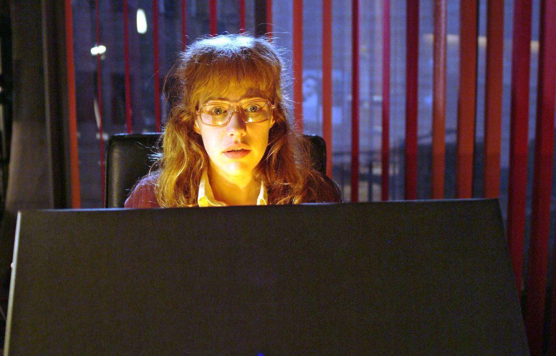 Lisa (Alexandra Neldel) ist verzaubert vom Inhalt der Schachtel ... - (Dieses Foto von Alexandra Neldel darf nur in Zusammenhang mit der Berichterst... - Bildquelle: Monika Schürle SAT.1 / Monika Schürle