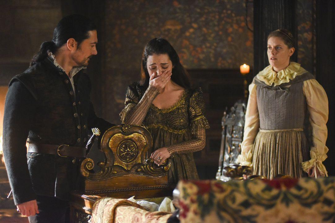 Königin Mary (Adelaide Kane, M.) ist schockiert: Sie und Lord Bothwell (Adam Croasdell, l.) finden das Bett ihres Sohnes leer vor ... - Bildquelle: John Medland John Medland /The CW --   2017 The CW Network, LLC. All Rights Reserved.