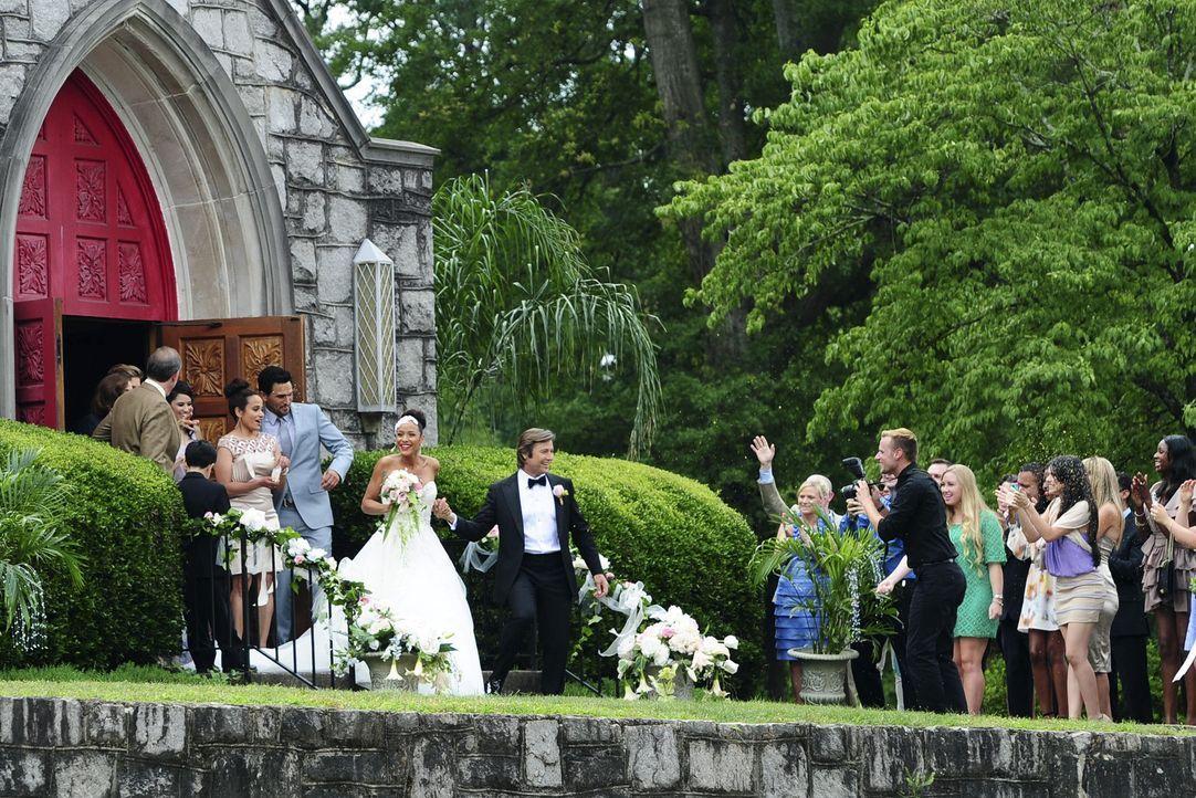 Hoch lebe das Brautpaar: Rosie (Dania Ramirez, Mitte l.) und Spence (Grant Show, Mitte r.) ... - Bildquelle: 2014 ABC Studios