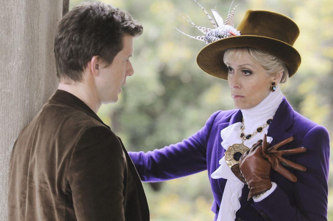 Sind auf einer Tagung auf dem Land, als Betty ganz auf sich gestellt einen PR-Alptraum erlebt: Daniel (Eric Mabius, l.) und seine Mutter Claire (Jud... - Bildquelle: 2008   ABC Studios