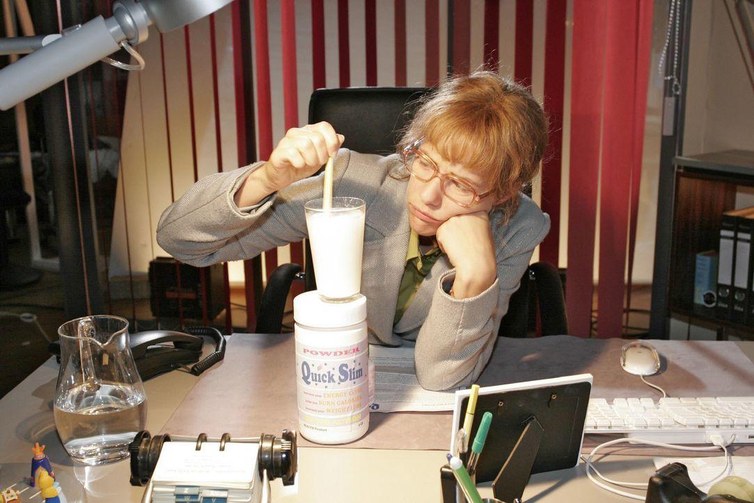 Lisa (Alexandra Neldel) entschließt sich zu einer Diät - und dafür, das Nahrungsersatzmittel zu nehmen ... (Dieses Foto von Alexandra Neldel darf nu... - Bildquelle: Noreen Flynn SAT.1 / Noreen Flynn