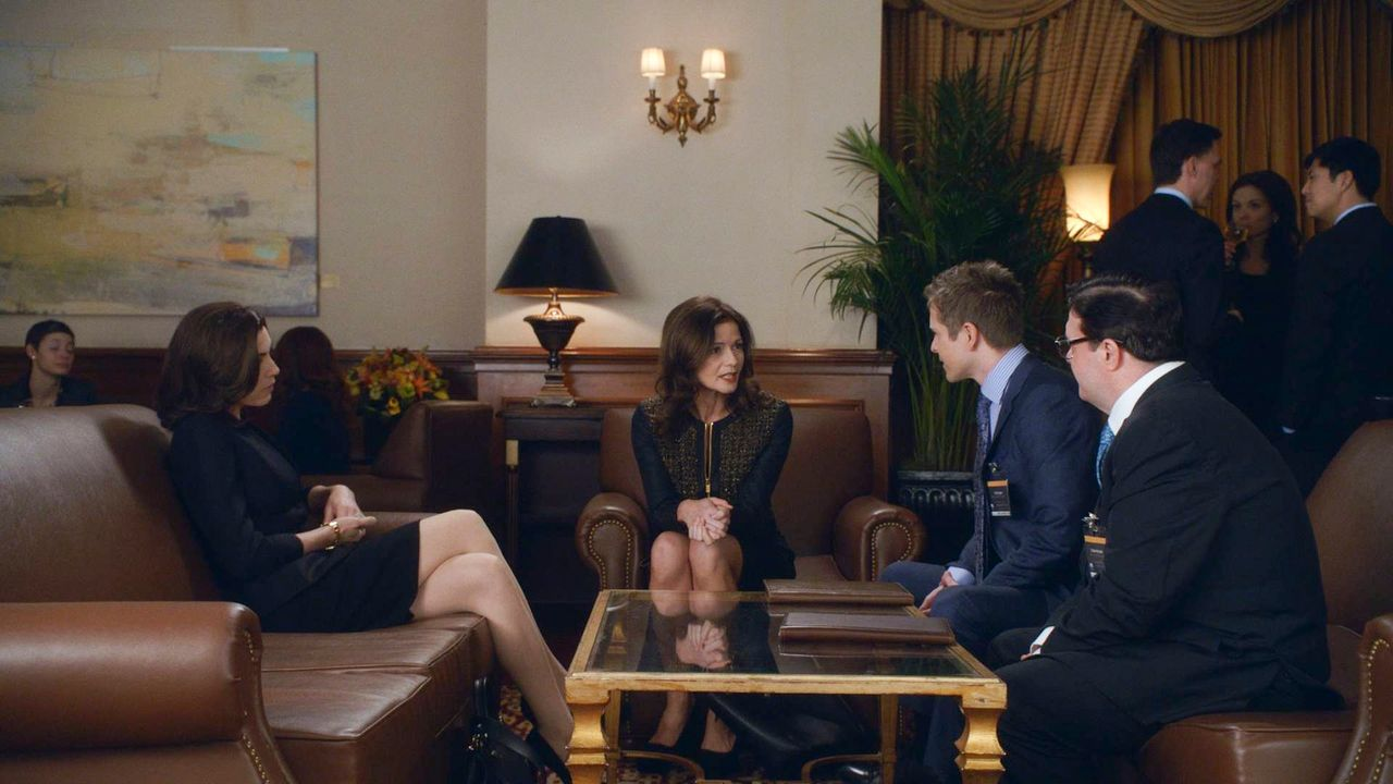 Wollen sich mit Rayna Hech (Jill Hennessey, 2.v.l.) gut stellen: Alicia (Julianna Margulies, l.), Cary (Matt Czuchry, 2.v.r.) und Clarke (Nathan Lan... - Bildquelle: 2014 CBS Broadcasting, Inc. All Rights Reserved