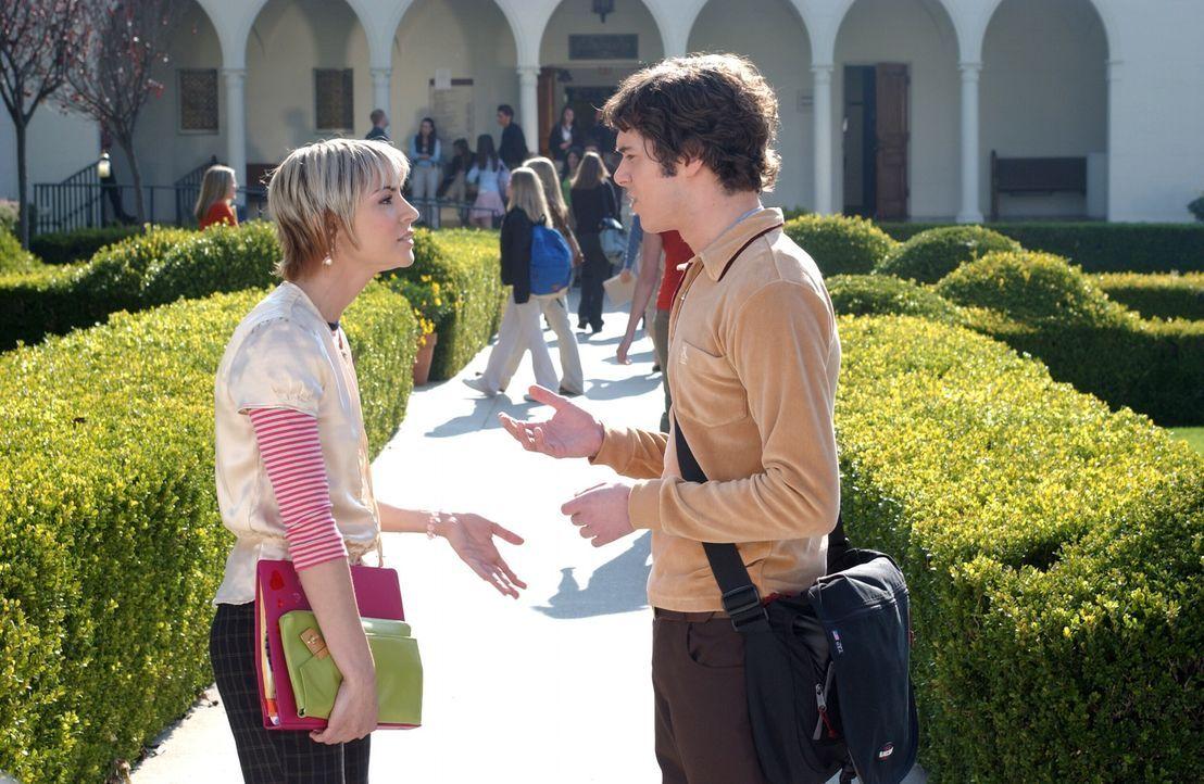 Seth (Adam Brody, r.) holt sich bezüglich Summer Rat bei Anna (Samaire Armstrong, l.) ... - Bildquelle: Warner Bros. Television