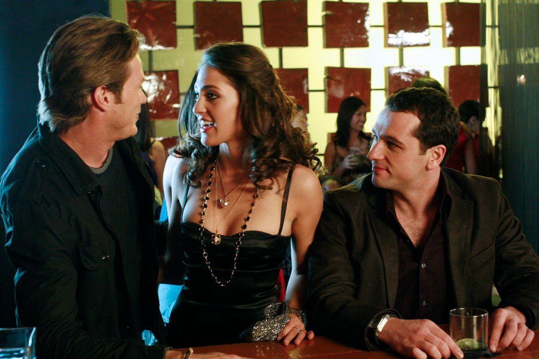 Auf einer Valentinstagsparty, versucht Michelle (Roxy Olin, M.), die Freundin von Chad (Jason Lewis, l.), Kevin (Matthew Rhys, r.) zu verkuppeln. Do... - Bildquelle: Disney - ABC International Television