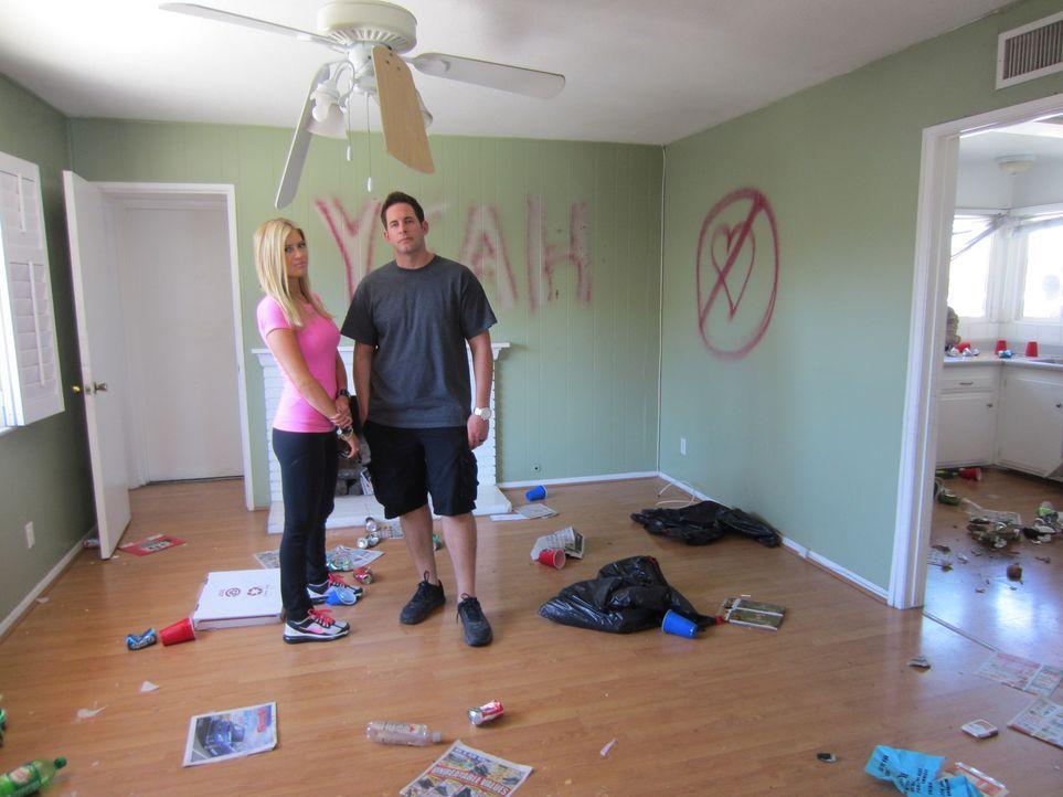 Christina (l.) und Tarek EL Moussa (r.) sind schockiert, über den Anblick ihres gerade ersteigerten Hauses ... - Bildquelle: 2014,HGTV/Scripps Networks, LLC. All Rights Reserved
