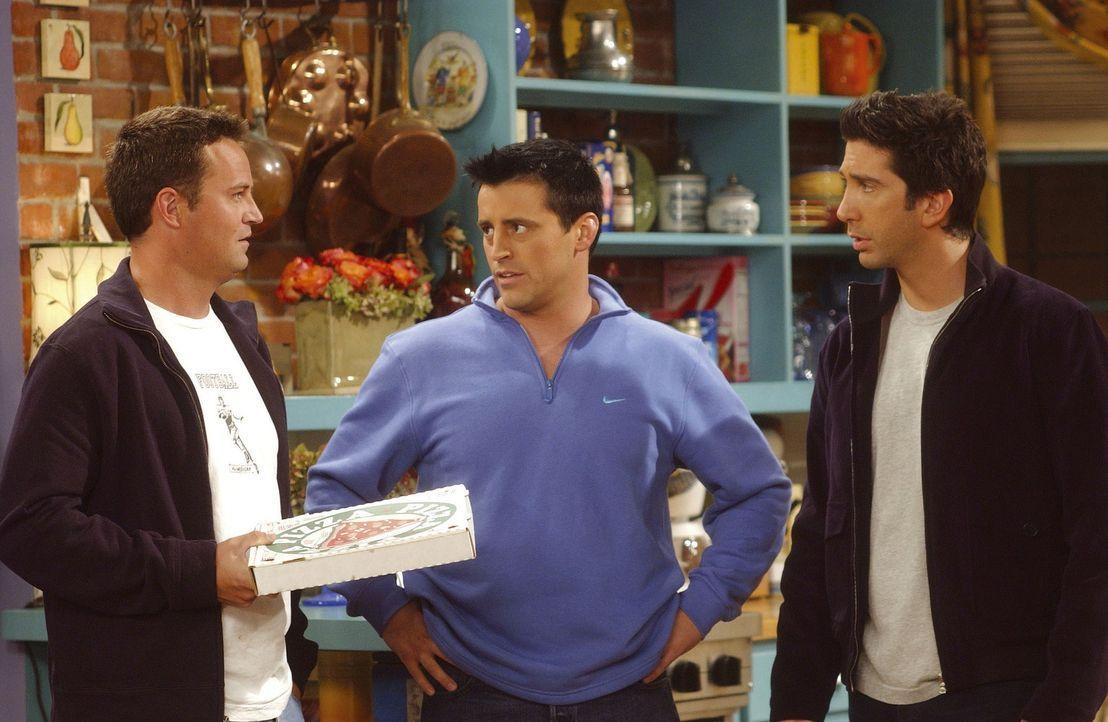 Chandler (Matthew Perry, l.) und Joey (Matt LeBlanc, M.) teilen Ross' (David Schwimmer) Meinung, daß ein Mann nicht als Kindermädchen geeignet ist. - Bildquelle: TM+  2000 WARNER BROS.