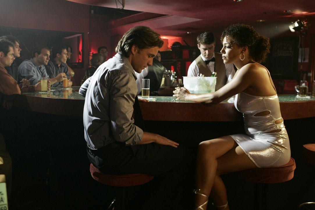 Nachdem Matt (Jeff Hephner, l.) von seiner Freundin verlassen wurde, versucht er in einem Stripclub mit Lily (Andrea C. Pearson, r.) neue Energie zu... - Bildquelle: Warner Bros. Television