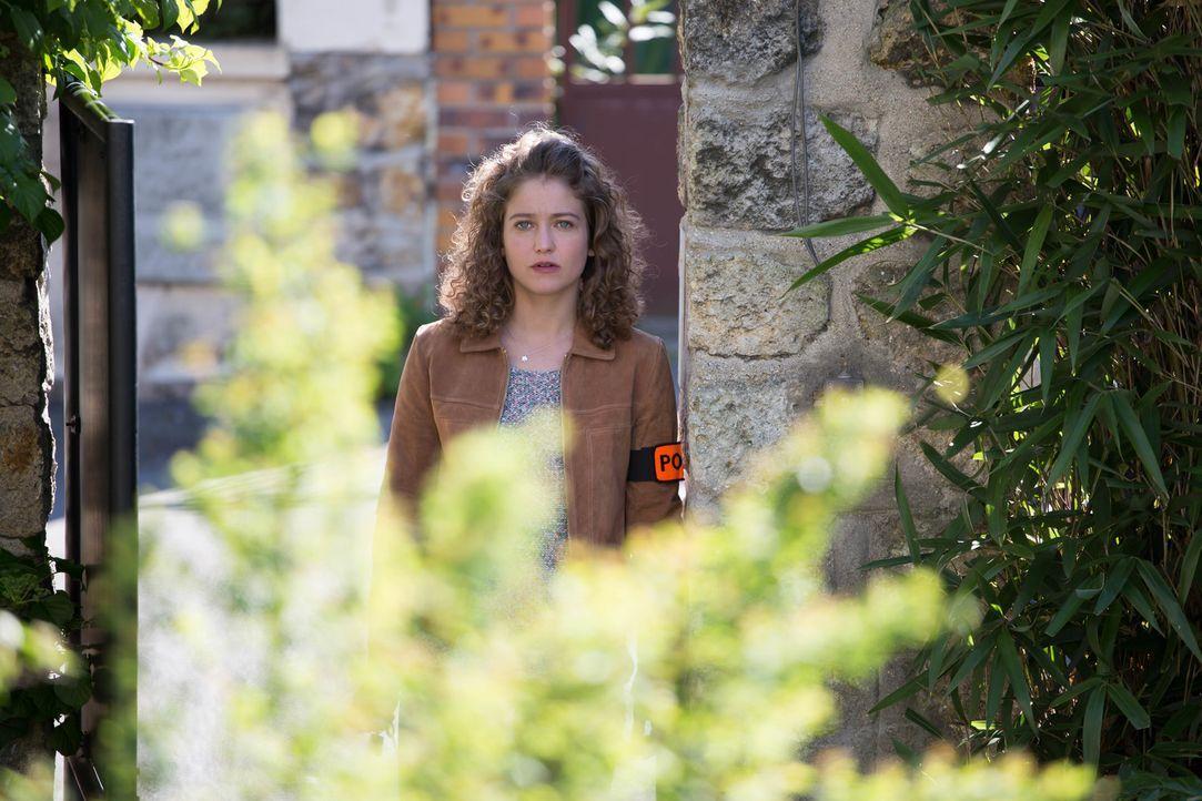 Als Emma (Sophie de Fürst) erkennt, dass im Nachbarhaus der ermordeten Frau nicht alles mit rechten Dingen zugeht, überschlagen sich plötzlich die E... - Bildquelle: Eloïse Legay 2016 BEAUBOURG AUDIOVISUEL