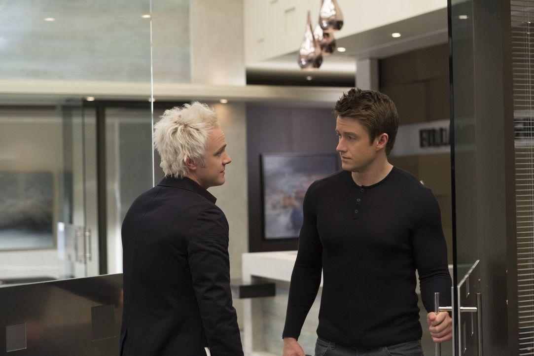 Blaine (David Anders, l.) hofft darauf, mit dem Fillmore Grace einen neuen Kunden zu gewinnen, während Major (Robert Buckley, r.) mit einem ungewöhn... - Bildquelle: 2017 Warner Brothers