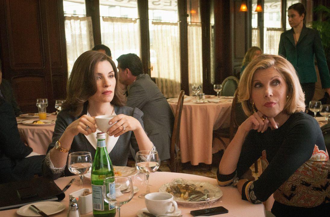 Diane (Christine Baranski, r.) überlegt, zu Alicia (Julianna Margulies) in die Firma zu wechseln, doch eine internationale Krise droht Florrick/Agos... - Bildquelle: Jeff Neira 2014 CBS Broadcasting Inc. All Rights Reserved.