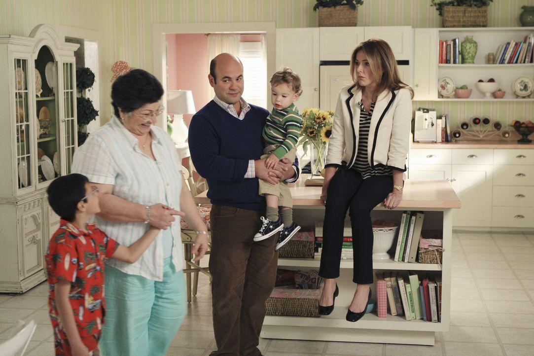 Während Travis deprimiert ist, dass Kirsten seinen Heiratsantrag abgelehnt hat und nach Chicago gegangen ist, haben Andy (Ian Gomez, M.) und Ellie... - Bildquelle: 2010 ABC INC.