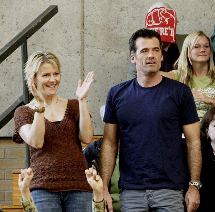 Sind stolz auf Kyle und sein Basketballtalent: Nicole (Marguerite MacIntyre, l.) und Stephen (Bruce Thomas, r.) ... - Bildquelle: TOUCHSTONE TELEVISION