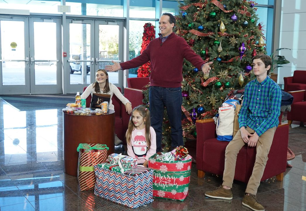 (v.l.n.r.) Taylor (Meg Donnelly); Anna-Kat (Julia Butters); Greg (Diedrich Bader); Oliver (Daniel DiMaggio) - Bildquelle: Eric McCandless 2017 American Broadcasting Companies, Inc. All rights reserved. / Eric McCandless