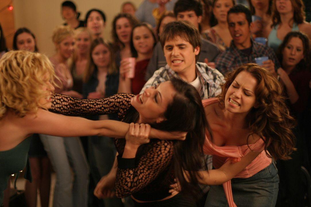 Auf der Party provoziert Nikki (Emmanuelle Vaugier, 2.v.l.) Peyton (Hilarie Burton, l.) und es kommt zu einer Rangelei zwischen den beiden Mädchen.... - Bildquelle: Warner Bros. Pictures