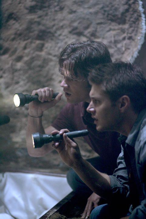 Sam (Jared Padalecki, l.) und Dean (Jensen Ackles, r.) machen in der Nähe des Grabes ihrer Mutter eine erstaunliche Entdeckung ... - Bildquelle: Warner Bros. Television