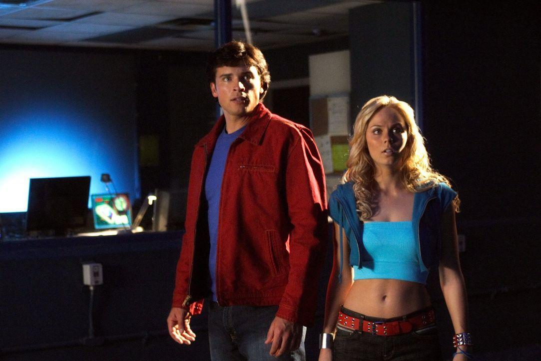 Die mysteriöse Kara (Laura Vandervoort, r.) sagt, dass sie einen Auftrag von Clarks (Tom Welling, l.) Vater ausführen soll. Doch der warnt seinen So... - Bildquelle: Warner Bros.