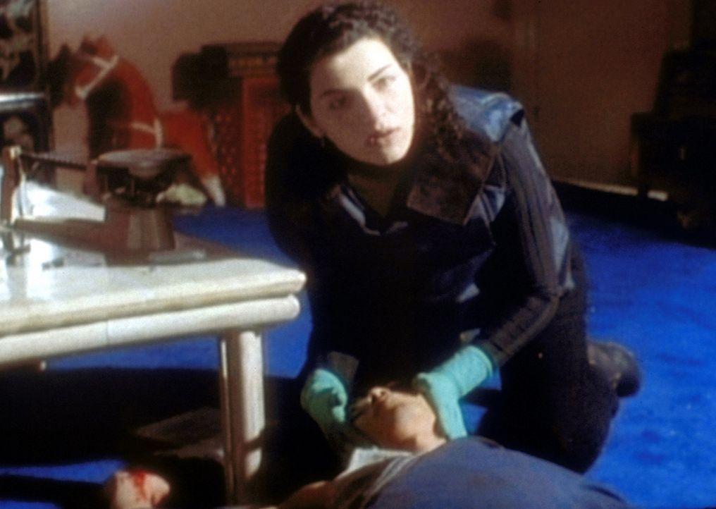 Hathaway (Julianna Margulies, r.) ist sprachlos: Sie versorgt einen Patienten, der duch Sheperd verletzt wurde. - Bildquelle: TM+  WARNER BROS.
