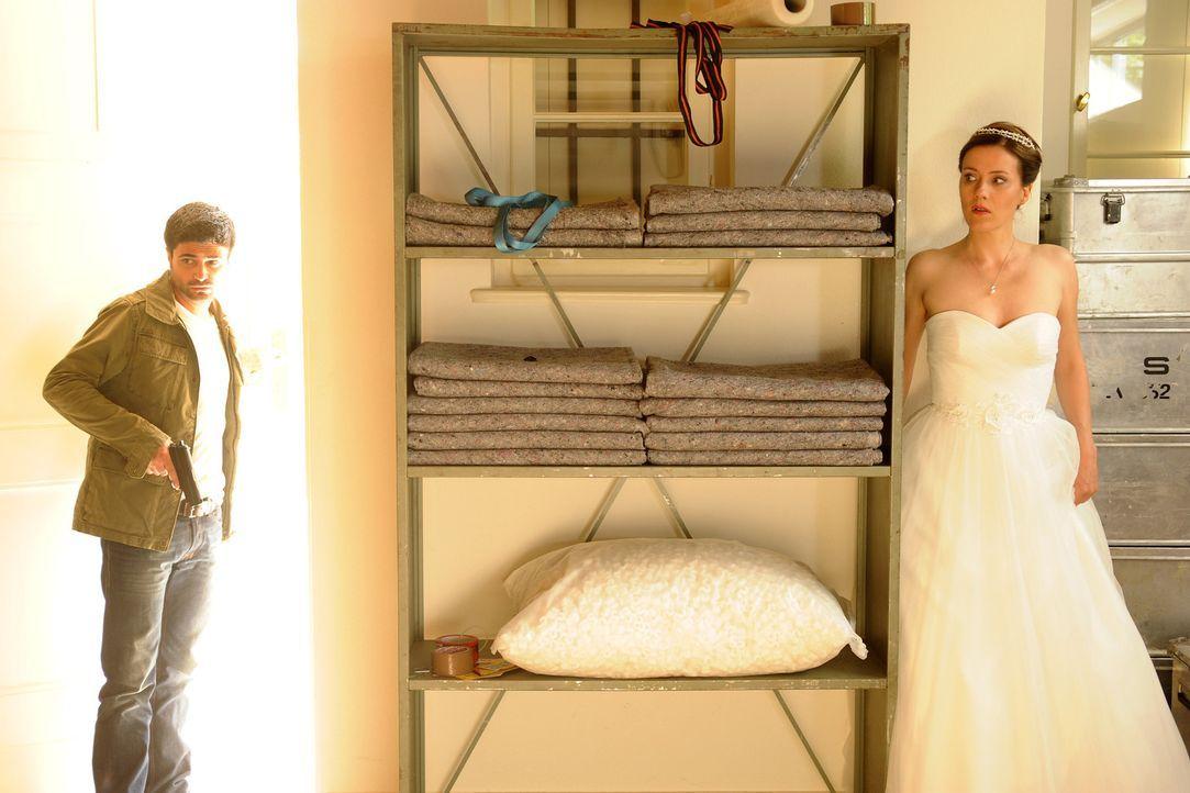 Eigentlich wollte Sonja (Bettina Lamprecht, r.) lediglich vor ihrer eigenen Hochzeit davonlaufen, doch stattdessen gerät sie mitten in die gefährlic... - Bildquelle: Aki Pfeiffer SAT.1