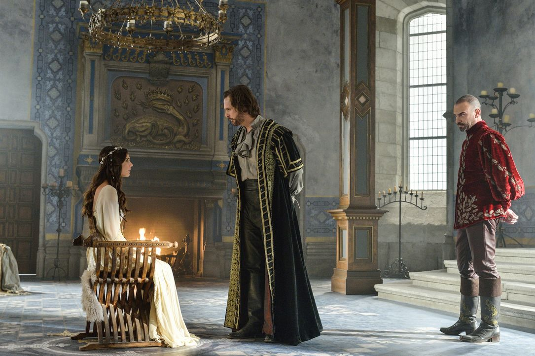 Die Inquisition beginnt: Auch Kenna (Caitlin Stasey, l.) wird von Viscount  Richard Delacroix (Greg Bryk, M.) befragt. Henry II. (Alan Van Sprang, r... - Bildquelle: Ben Mark Holzberg 2013 The CW Network, LLC. All rights reserved.