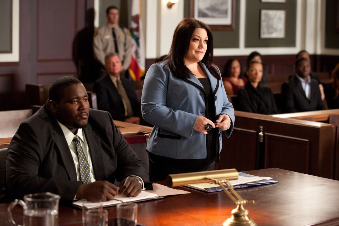 Jane (Brooke Elliott, r.) steht Jacob Campbell (Quinton Aaron, l.) tatkräftig zur Seite. Er kämpft für seine Verlobte, die in einem Brautmodenges... - Bildquelle: 2011 Sony Pictures Television Inc. All Rights Reserved.v