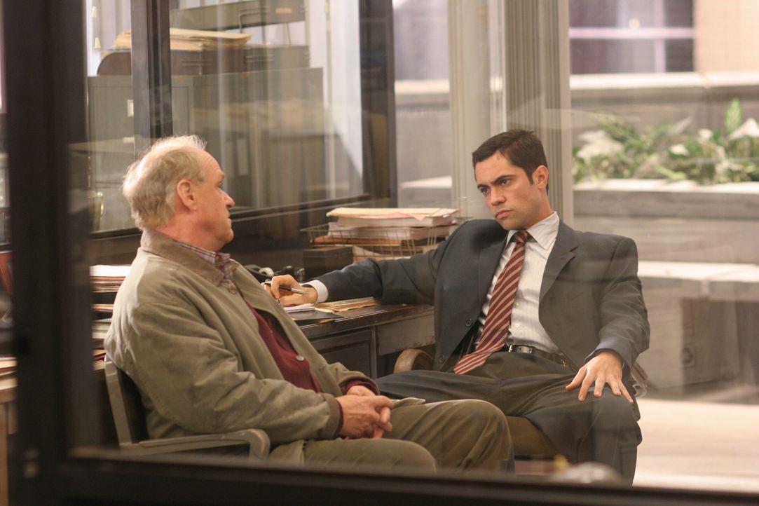 Kann Billy Smith (Drew Snyder, l.) zur Lösung des Falles beitragen? Det. Scott Valens (Danny Pino, r.) geht der Sache auf den Grund ... - Bildquelle: Warner Bros. Television