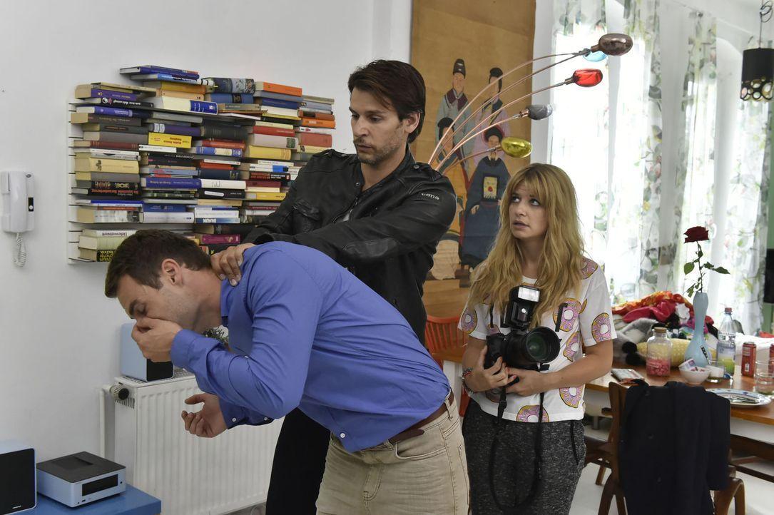 Mila (Susan Sideropoulos, r.) ist überglücklich, dass Nick (Florian Odendahl, M.) sehr deutlich sie von Friedrich (Daniel Fritz, l.) befreit ... - Bildquelle: Claudius Pflug sixx