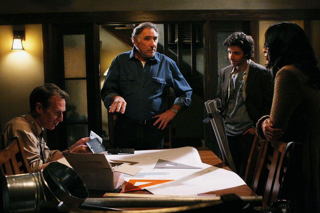 Während Don an einem neuen Fall arbeitet, haben Charlie (David Krumholtz, 2.v.r.), Alan (Judd Hirsch, 2.v.l.) und Amita (Navi Rawat, r.) Besuch von... - Bildquelle: Paramount Network Television