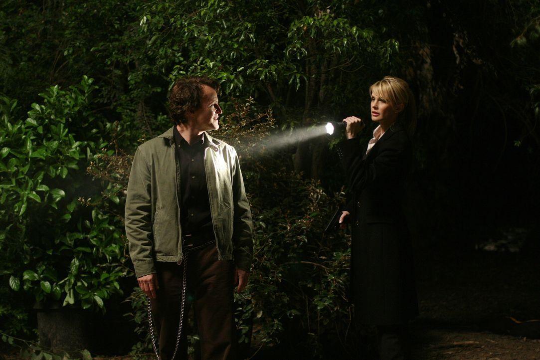 Die Suche nach John Smith' (Damon Herriman, l.) Motiv und den Leichen seiner Opfer entwickelt sich für Lilly (Kathryn Morris, r.) und ihr Team zu ei... - Bildquelle: Warner Bros. Television