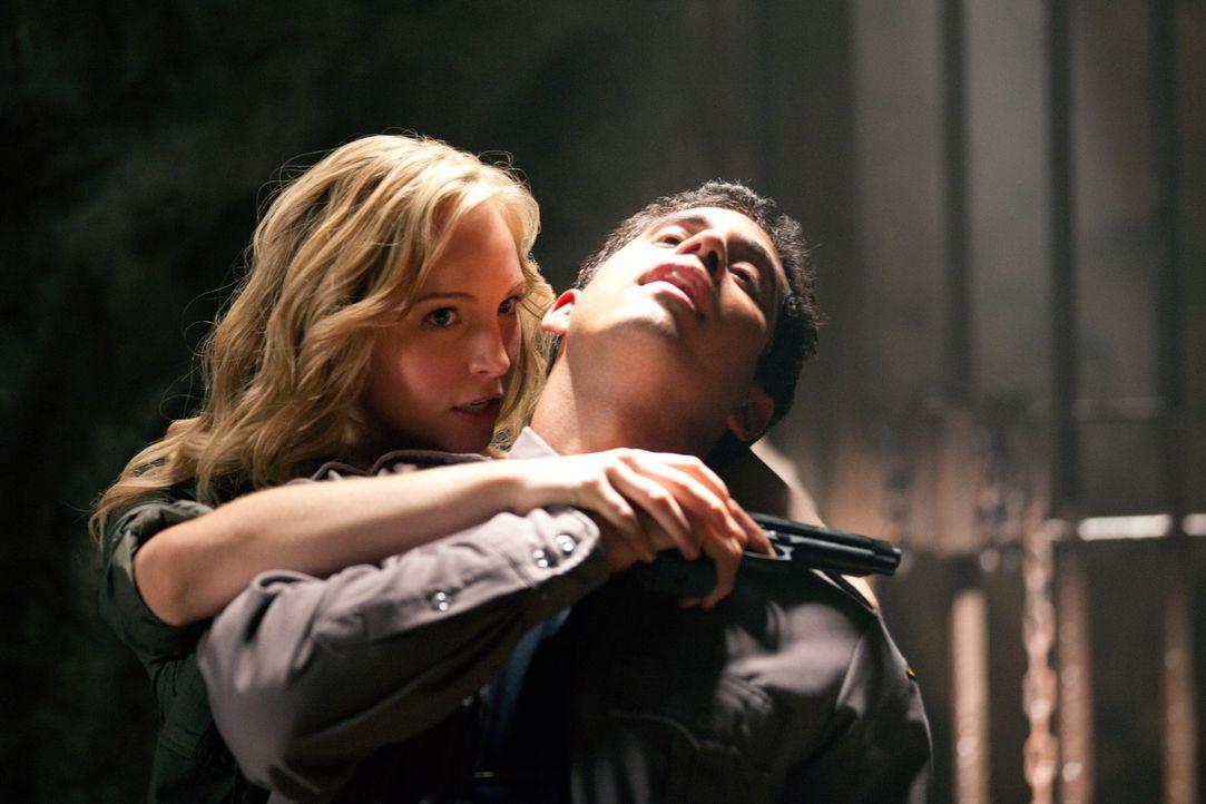 Überwältigt mit Leichtigkeit zwei Polizisten, welche drauf und dran sind ihre Vampirfreunde Stefan und Damon zu töten: Caroline Forbes (Candice Acco... - Bildquelle: Warner Brothers