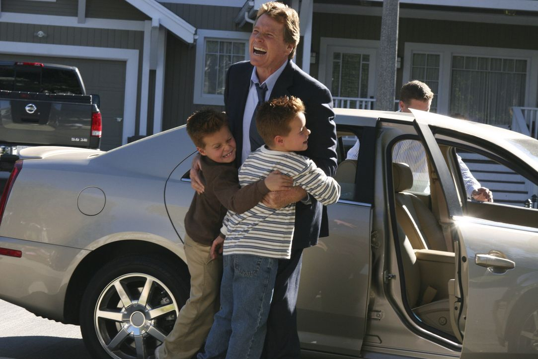 Freuen sich über die Ankunft ihres Großvaters Rodney (Ryan O'Neal, M.): Preston (Brent Kinsman) und Porter (Shane Kinsman) ... - Bildquelle: Touchstone Television