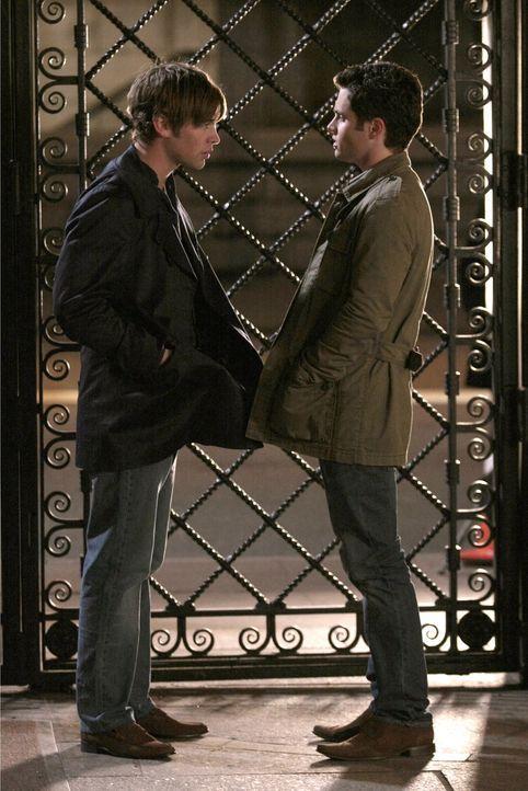 Nachdem Jenny Nate (Chace Crawford, l.) um Geld gebeten hat, wird dieser misstrauisch. Er fragt sofort bei Dan (Penn Badgley, r.) nach, um was es si... - Bildquelle: Warner Bros. Television