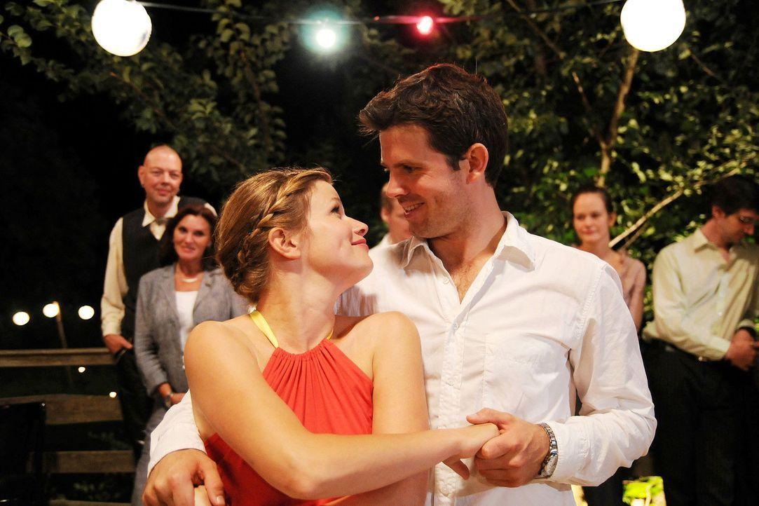 Lilly (Mira Bartuschek, l.) und Kai (Steffen Groth, r.) wagen ein Tänzchen ... - Bildquelle: Sat.1