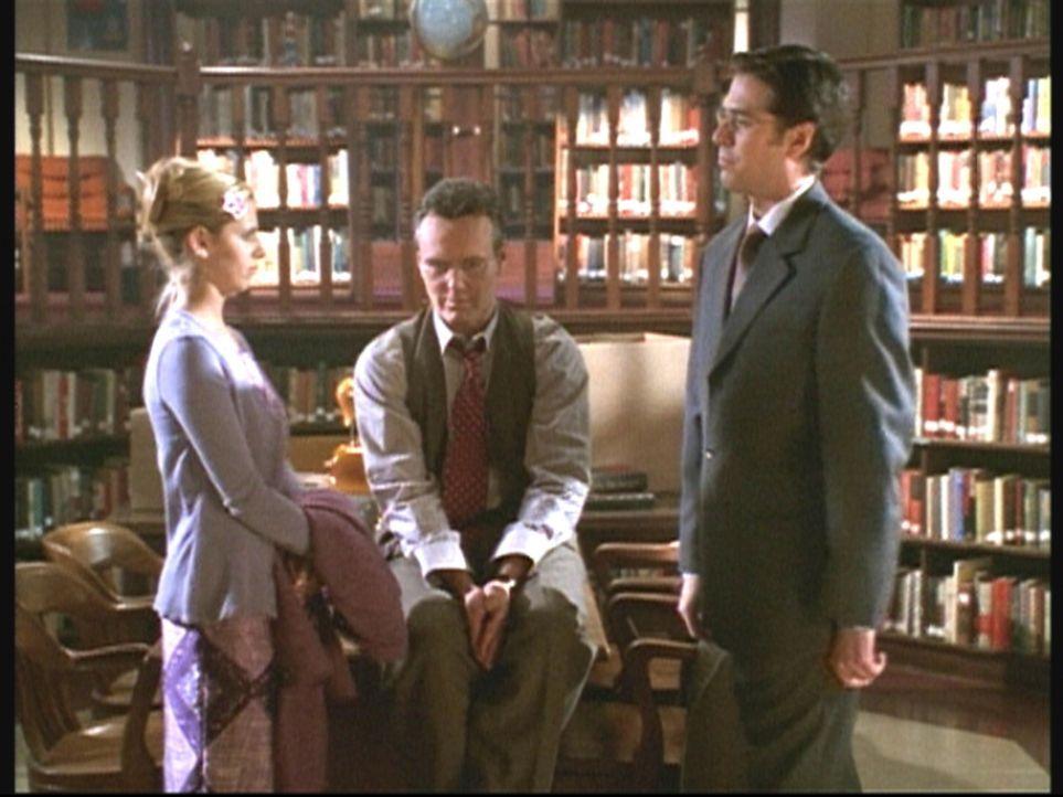 Buffy (Sarah Michelle Gellar, l.) und Giles (Anthony Stewart Head, M.) müssen mit der Tatsache fertig werden, dass der Rat einen neuen Wächter, Wesl... - Bildquelle: TM +   2000 Twentieth Century Fox Film Corporation. All Rights Reserved.