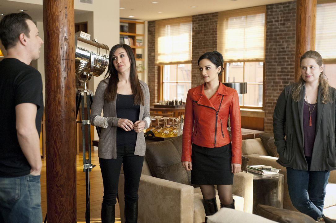 Wills (Josh Charles, l.) Schwestern Sara (Nadia Dajani, 2.v.l.) und Aubrey (Merritt Wever, r.) glauben, dass Kalinda (Archie Panjabi, 2.v.r.) seine... - Bildquelle: 2011 CBS Broadcasting Inc. All Rights Reserved.
