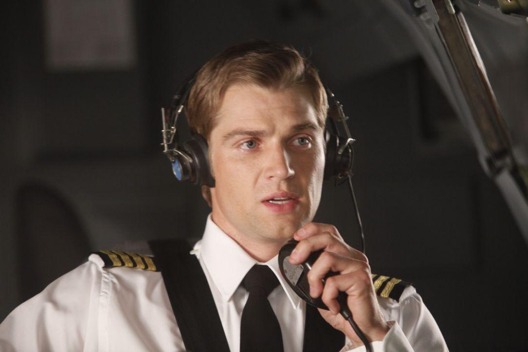 Während des Fluges nach London muss Dean Lowrey (Mike Vogel) schmerzlich erkennen, dass ihn seine Freundin Bridget Pierce nicht nur in beruflicher... - Bildquelle: 2011 Sony Pictures Television Inc.  All Rights Reserved.