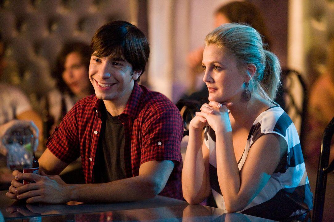 Erin (Drew Barrymore, r.) verbringt sechs Wochen in New York und verliebt sich dort in Garrett (Justin Long, l.). Doch zurück in der Heimat muss Eri... - Bildquelle: 2010 Warner Bros.