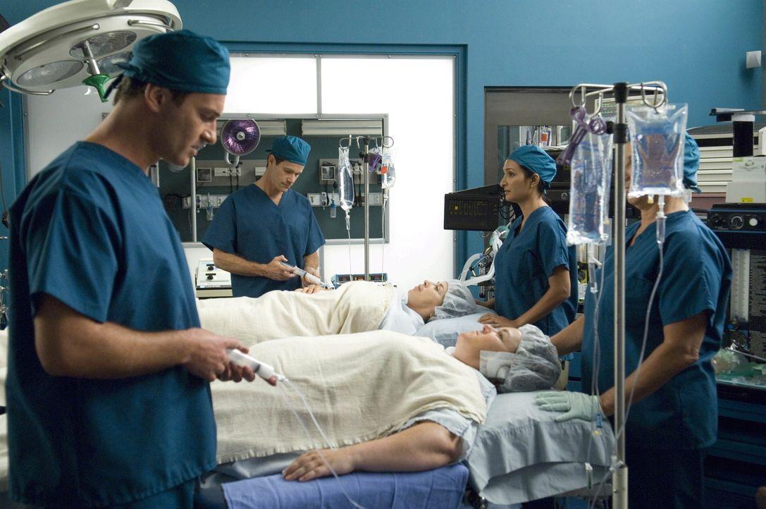 Nachdem feststeht, wer eine Niere spendet, übernehmen Christian (Julian McMahon, l.) und Sean (Dylan Walsh, 2.v.l.) die Operation von Liz (Roma Maf... - Bildquelle: TM and   2004 Warner Bros. Entertainment Inc. All Rights Reserved.