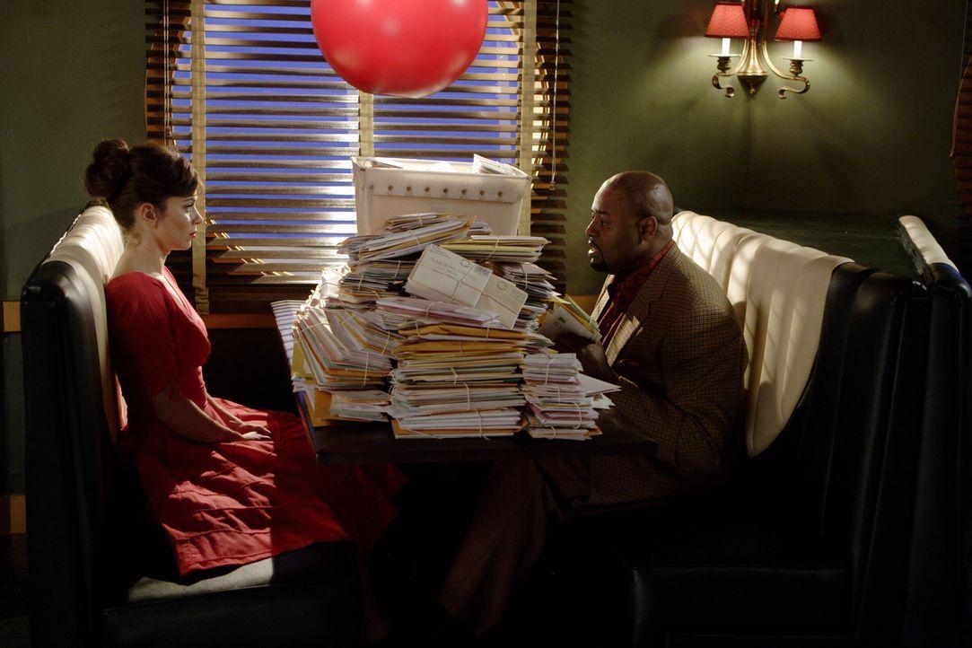 Chuck (Anna Friel, l.) kennt nicht den Grund, warum sie noch immer am Leben ist. Wie lange kann Emerson Cod (Chi McBride, r.) noch schweigen? - Bildquelle: Warner Brothers