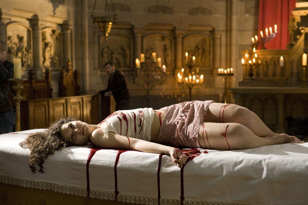 Warum musste die junge Maria (Darstellerin unbekannt) auf einem Altar ihr Leben lassen? - Bildquelle: Jaïr Sfez 2012 BEAUBOURG AUDIOVISUEL / Jaïr Sfez
