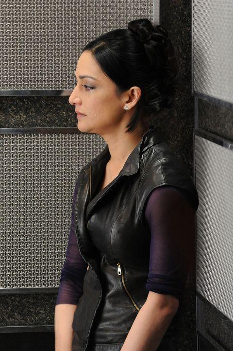 Alicia weiß nun, dass Kalinda (Archie Panjabi) mit Peter geschlafen hat. Kalinda überlegt deshalb, der gespannten Arbeitsatmosphäre zu entfliehen... - Bildquelle: CBS Broadcasting Inc. All Rights Reserved