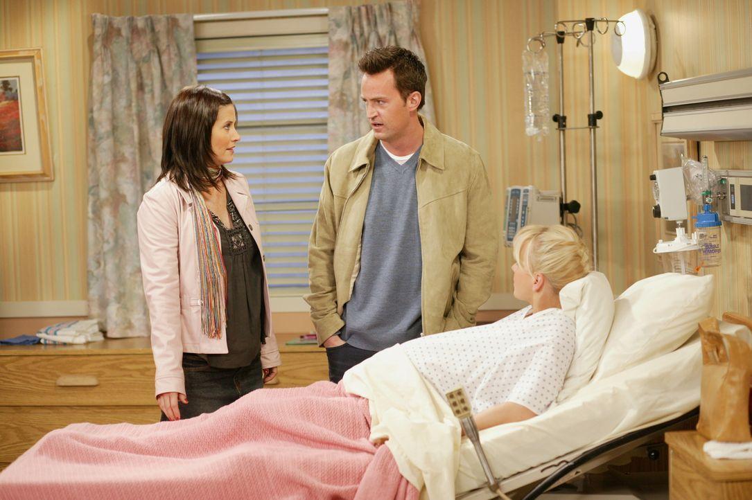 Noch ahnen Monica (Courteney Cox, l.) und Chandler (Matthew Perry, M.) nicht, dass sie bald Eltern von Zwillingen sein werden ... - Bildquelle: 2003 Warner Brothers International Television